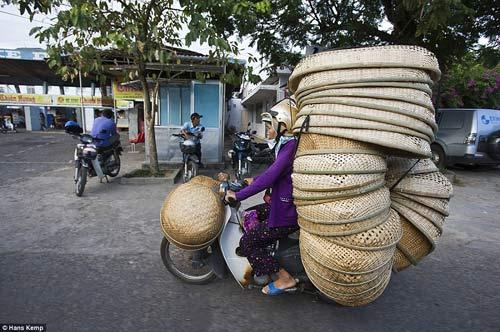 """Nhiếp ảnh gia """"Tây"""" ngỡ ngàng với xe máy ở Việt Nam - 3"""