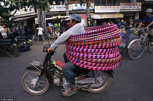 """Nhiếp ảnh gia """"Tây"""" ngỡ ngàng với xe máy ở Việt Nam - 4"""