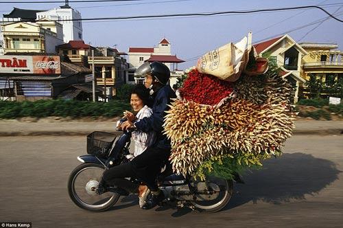 """Nhiếp ảnh gia """"Tây"""" ngỡ ngàng với xe máy ở Việt Nam - 7"""