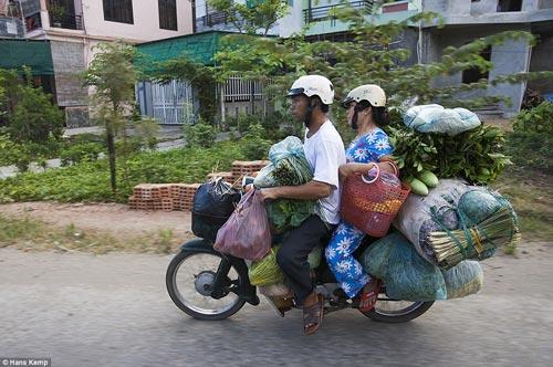 """Nhiếp ảnh gia """"Tây"""" ngỡ ngàng với xe máy ở Việt Nam - 8"""