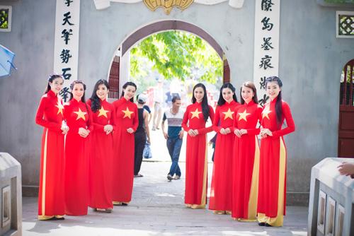 Người đẹp Việt mặc áo dài cờ đỏ sao vàng hát Quốc ca - 11