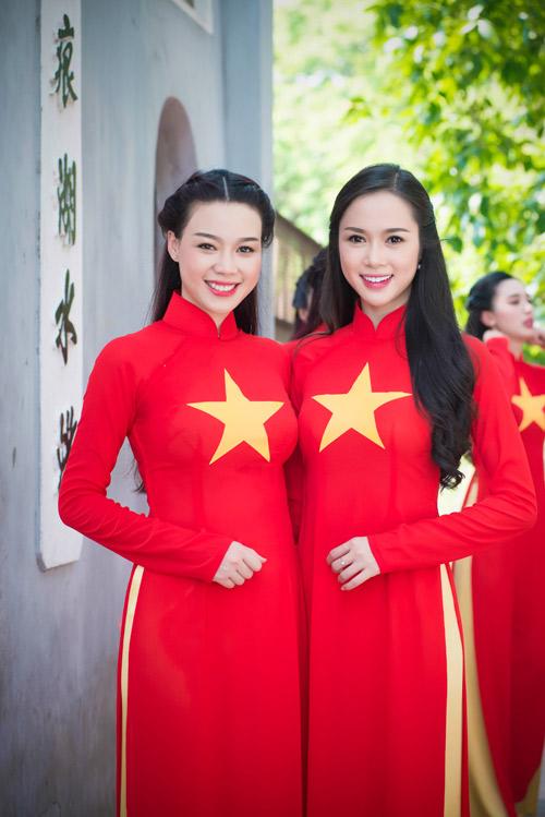 Người đẹp Việt mặc áo dài cờ đỏ sao vàng hát Quốc ca - 1