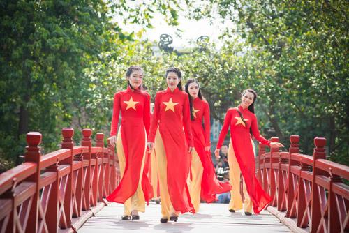 Người đẹp Việt mặc áo dài cờ đỏ sao vàng hát Quốc ca - 7