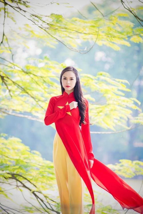 Người đẹp Việt mặc áo dài cờ đỏ sao vàng hát Quốc ca - 3