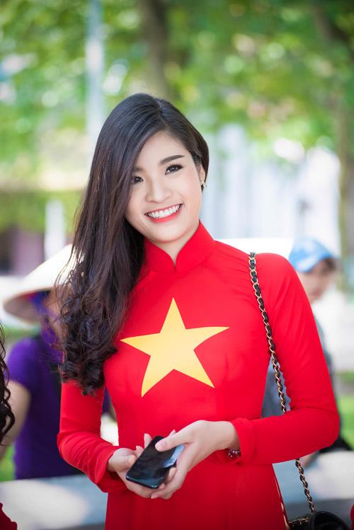 Người đẹp Việt mặc áo dài cờ đỏ sao vàng hát Quốc ca - 9