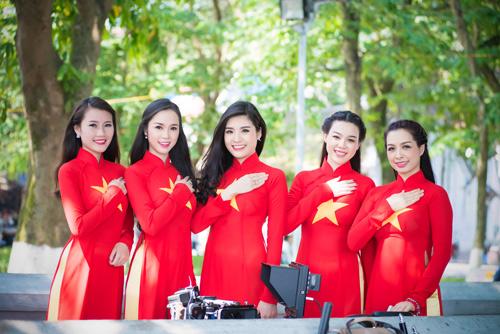Người đẹp Việt mặc áo dài cờ đỏ sao vàng hát Quốc ca - 10