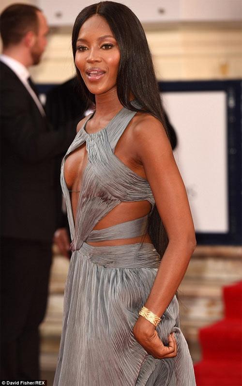 Jennifer Lopez phô diễn số đo trứ danh với quần 5cm - 9