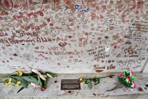 Độc đáo ngôi mộ phủ đầy vết son môi ở Paris - 12