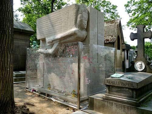 Độc đáo ngôi mộ phủ đầy vết son môi ở Paris - 8