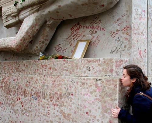 Độc đáo ngôi mộ phủ đầy vết son môi ở Paris - 6