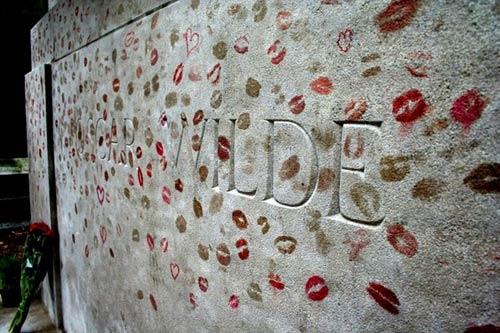 Độc đáo ngôi mộ phủ đầy vết son môi ở Paris - 2