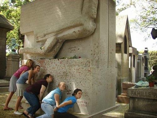 Độc đáo ngôi mộ phủ đầy vết son môi ở Paris - 10