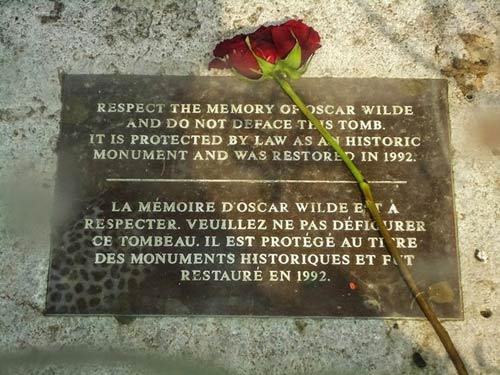 Độc đáo ngôi mộ phủ đầy vết son môi ở Paris - 9
