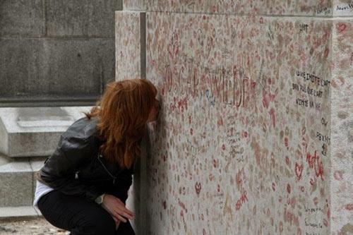 Độc đáo ngôi mộ phủ đầy vết son môi ở Paris - 5