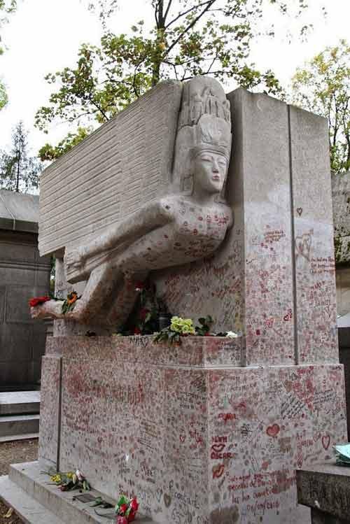 Độc đáo ngôi mộ phủ đầy vết son môi ở Paris - 11