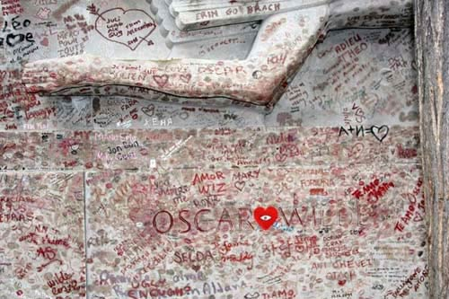 Độc đáo ngôi mộ phủ đầy vết son môi ở Paris - 7