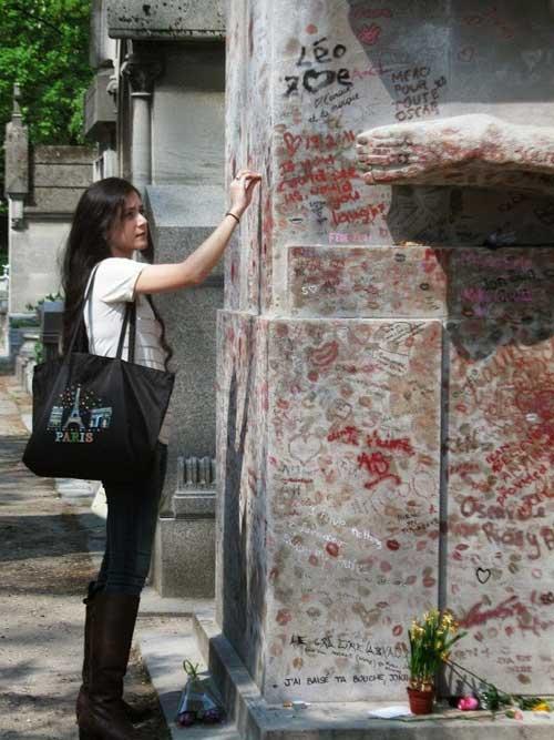 Độc đáo ngôi mộ phủ đầy vết son môi ở Paris - 4