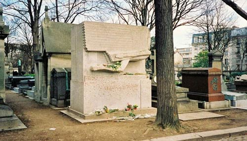 Độc đáo ngôi mộ phủ đầy vết son môi ở Paris - 1