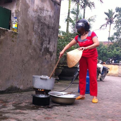 Những tư thế nấu ăn khó đỡ của chị em - 2