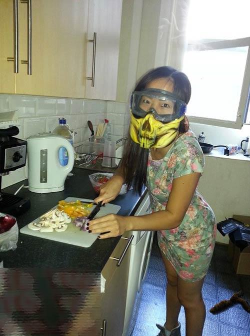 Những tư thế nấu ăn khó đỡ của chị em - 5