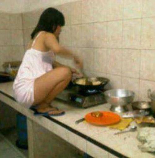Những tư thế nấu ăn khó đỡ của chị em - 6