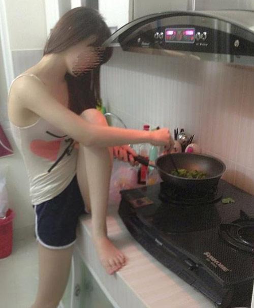 Những tư thế nấu ăn khó đỡ của chị em - 7