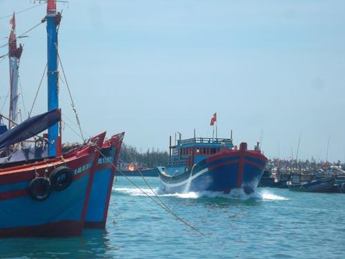 Tàu Trung Quốc rượt đuổi, táo tợn tấn công ngư dân VN - 1
