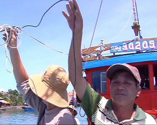 Tàu Trung Quốc rượt đuổi, táo tợn tấn công ngư dân VN - 2