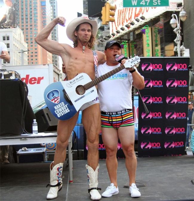 Anh là một nghệ sĩ đường phố nổi tiếng tại Mỹ, thường xuyên biểu diễn trên quảng trường Thời đại ở New York.