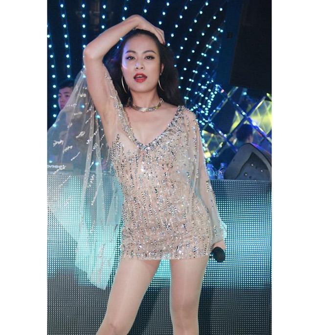 """Nữ ca sỹ Hoàng Thùy Linh chính thức bắt đầu theo đuổi sự nghiệp âm nhạc từ năm 2010 với việc phát hành album  """" Hoàng Thùy Linh """" ."""