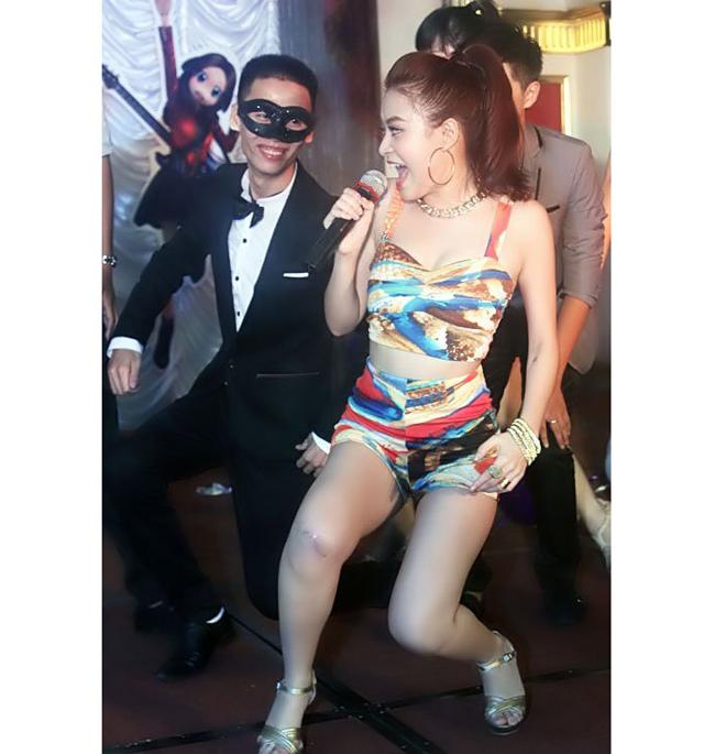 Cô từng theo học múa bảy năm ở trường Cao đẳng Nghệ thuật Hà Nội.