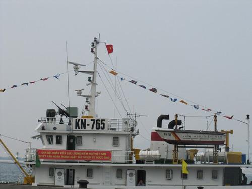 Kiểm ngư dùng chăn, đệm chắn cửa kính tàu chống vòi rồng - 1