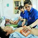 Bạn trẻ - Cuộc sống - SV tình nguyện chăm sóc công nhân Trung Quốc
