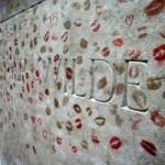 Du lịch - Độc đáo ngôi mộ phủ đầy vết son môi ở Paris