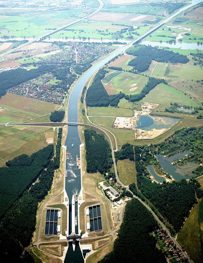 Được khởi công xây dựng từ năm 1905 nhưng bị hoãn lại do Chiến tranh thế giới thứ 2, đến năm 1997, cầu nước Magdeburg mới tái xây dựng trở lại và được khánh thành, đưa vào sử dụng năm 2003. Cầu nước Magdeburg vượt sông Elbe, kết nối kênh đào Elbe-Havel với kênh đào Mittelland, giúp rút ngắn thời gian di chuyển cũng như khoảng cách qua lại giữa 2 kênh này từ 12km xuống còn dưới 1km.