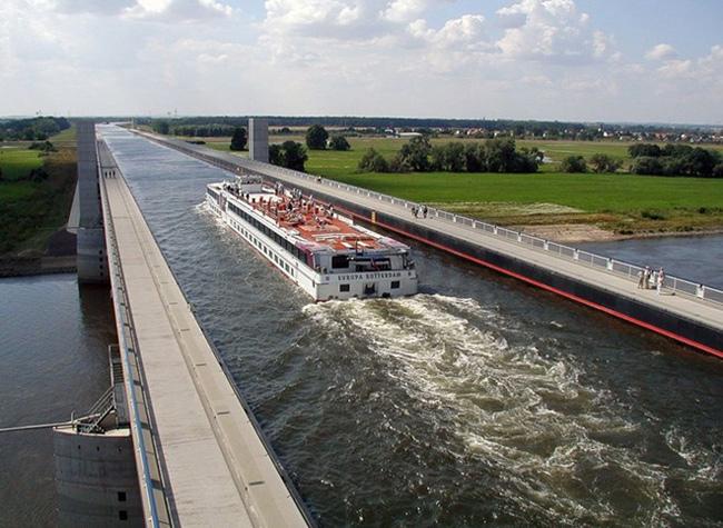 Xây dựng từ 24.000 tấn thép và 68.000 m khối bê tông, với tổng chiều dài 918 m, trong đó phần cầu chính gồm 3 nhịp dài 228 m, rộng 34 m và sâu 4,25 m, Magdeburg được xem là cây cầu nước hiện đại nhất thế giới.
