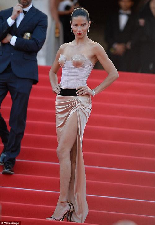 Người mẫu Pháp hồn nhiên lộ ngực tại Cannes 2014 - 6