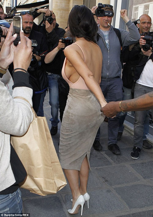 Người mẫu Pháp hồn nhiên lộ ngực tại Cannes 2014 - 15