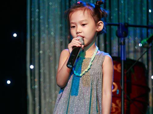 Con gái 6 tuổi của Thái Thùy Linh hát vì biển đảo - 1