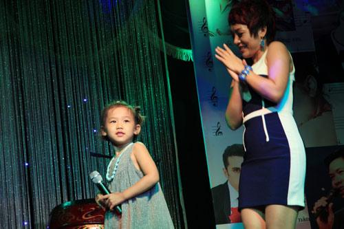 Con gái 6 tuổi của Thái Thùy Linh hát vì biển đảo - 4