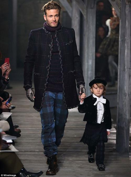 Cậu bé bí mật trong show của Chanel - 10
