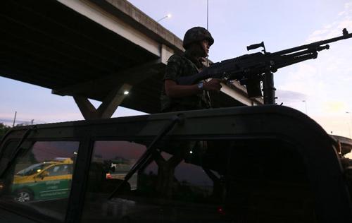 Thái Lan thiết quân luật: Chính phủ bất ngờ - 2