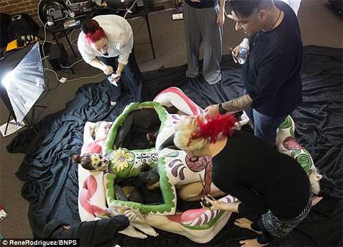 7 cô gái khỏa thân ghép hình… hộp sọ người - 7