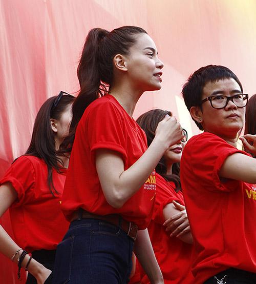 Hàng trăm sao Việt hát về Biển Đông gây sốt - 10