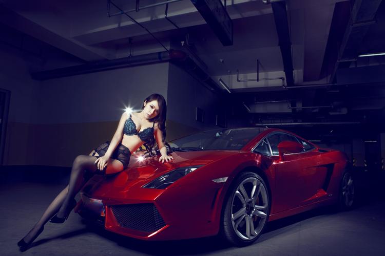 """"""" Siêu bò """"  Lamborghini màu mận chín đã hoàn toàn bị thuần phục bởi người đẹp sở hữu thân hình sexy và cuốn hút đến từng chi tiết."""
