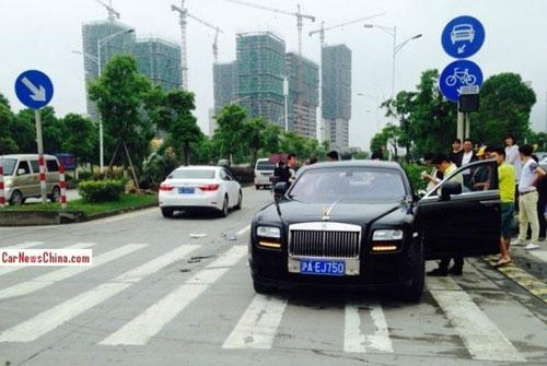 Rolls-Royce Ghost gãy trục sau vì Toyota Corolla - 2