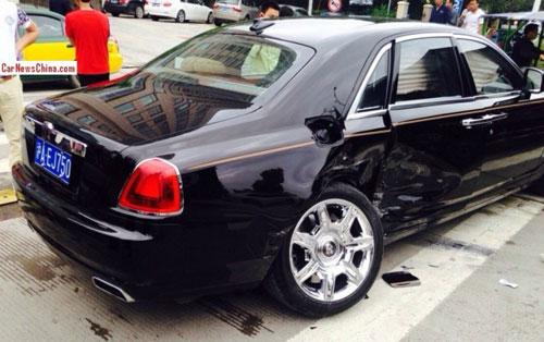 Rolls-Royce Ghost gãy trục sau vì Toyota Corolla - 1