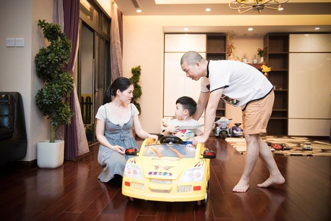 Tổ ấm của Hải Anh nằm tại chung cư Royal City - một trong những tòa nhà hiện đại nhất Hà Nội, nơi ở của nhiều doanh nhân, nghệ sĩ, trong đó có ca sĩ Tuấn Hưng. Trong ảnh, vợ chồng Hải Anh cùng con trai đang chơi vui vẻ trong phòng khách.