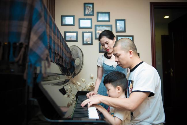 Những lúc rảnh rỗi, hai bố con thường chơi đàn cho mẹ nghe. Bà xã của Hải Anh - Minh Nguyệt - cho biết, cô rất hạnh phúc với những khoảnh khắc như thế này.