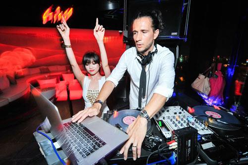 Người tình tin đồn của Yanbi nhảy múa bên DJ quốc tế - 2